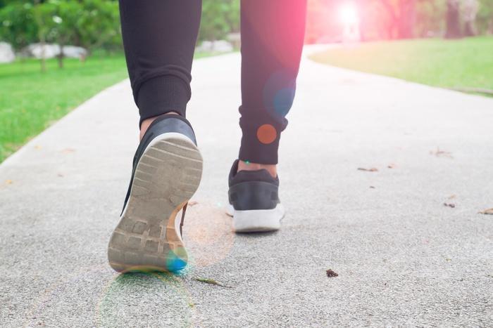 散歩している靴のアップ