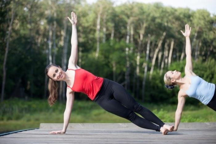 片腕で身体を支えるサイドプランク(初級)