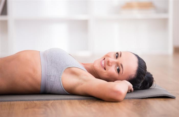 基礎代謝を高める運動をしている女性