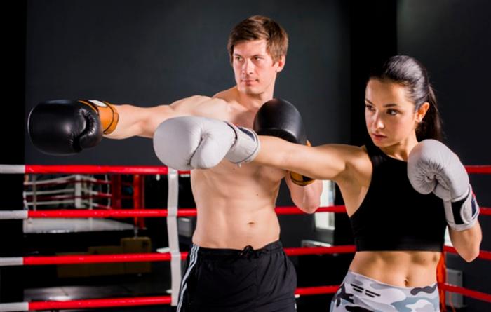 ボクシングエクササイズをする男女