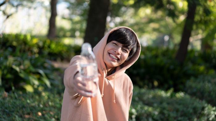 水を手渡してくれる相馬くん。うん、飲む飲む! ありがとう。