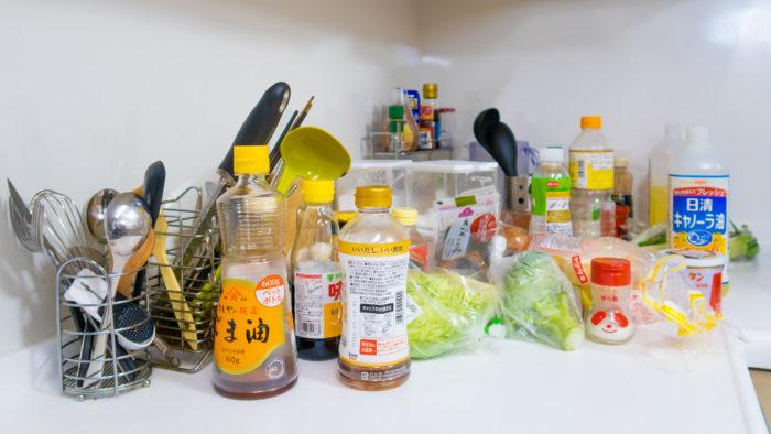 リュウジさん宅のキッチンに並ぶのは、どこの家庭でも見られる調味料たち。だからバズレシピは活用しやすいんです